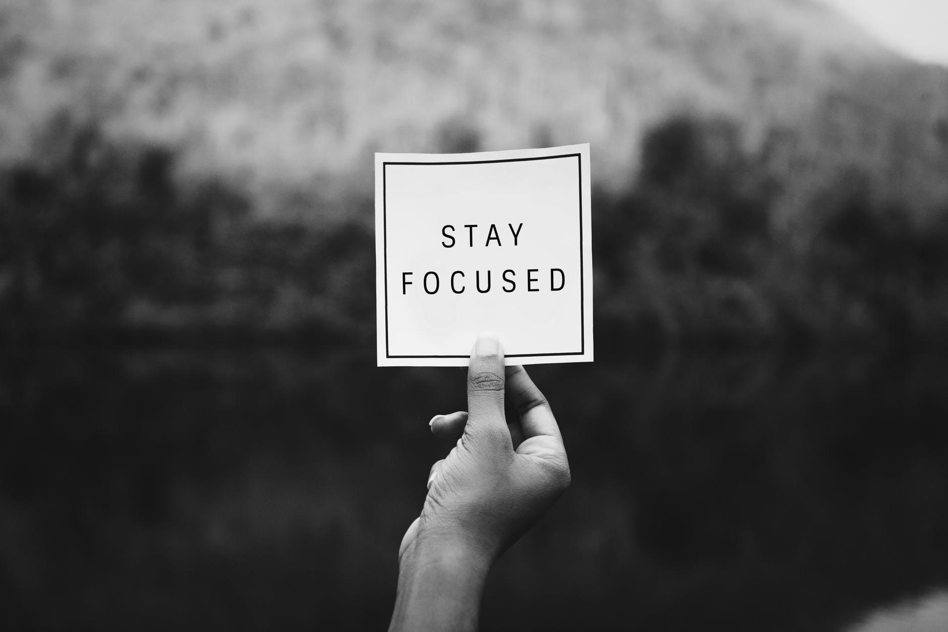 message rester focus, anglais, noir et blanc, main, levée,