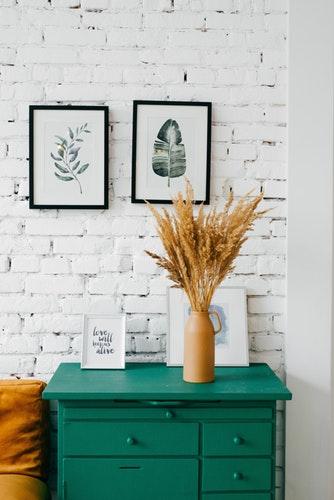 Commode verte, vase, bouquet d'épi de blé, décoratif, mur d'intérieur, tableau, décoration d'intérieur