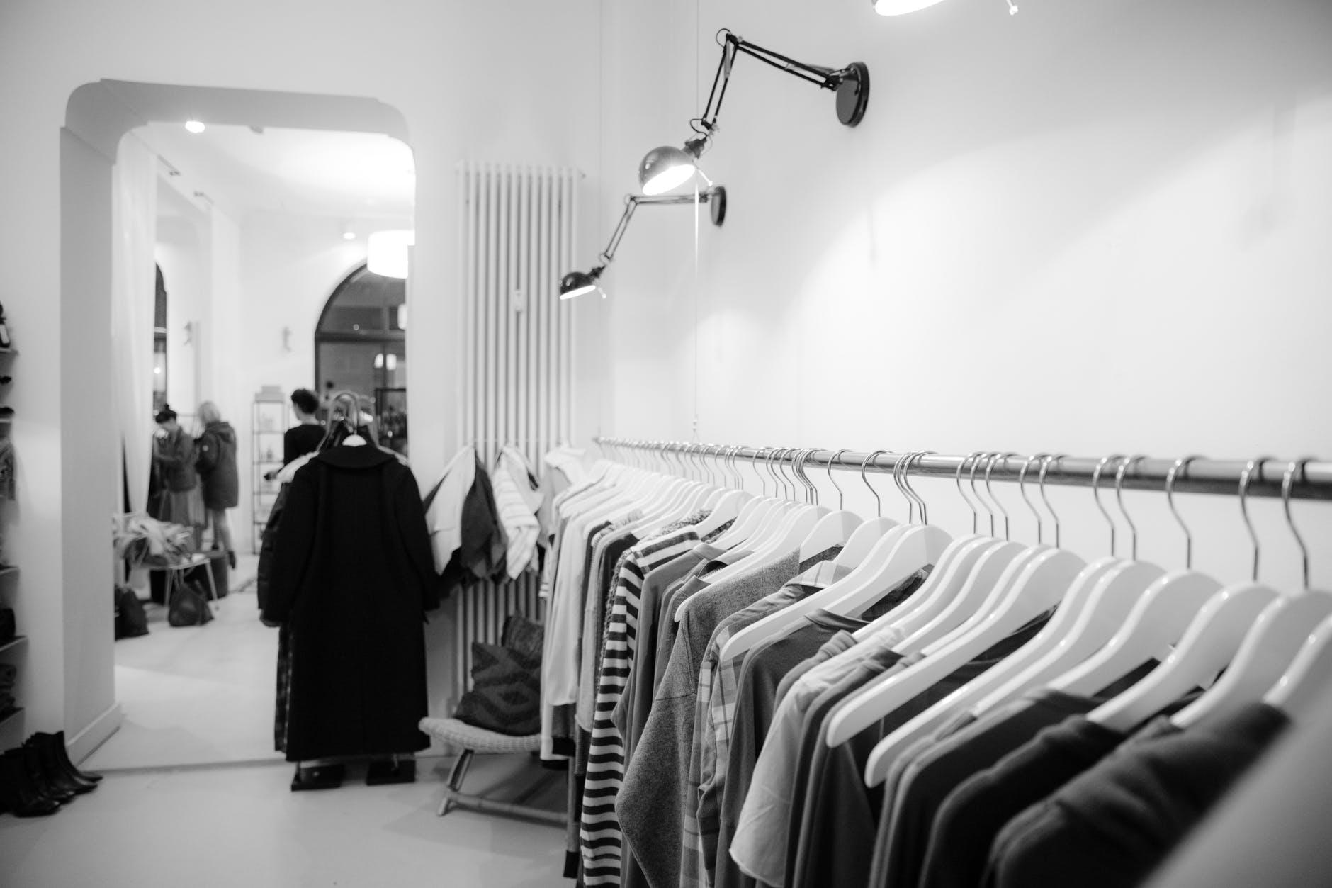 photo en noir et blanc, décoration d'intérieur, dressing, vêtements, lampe design accrochée au mur