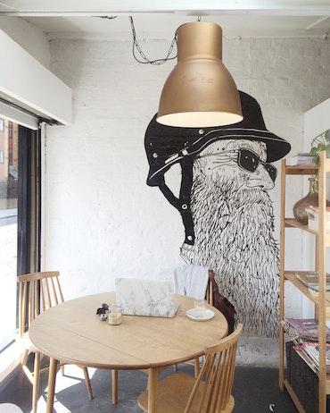 Décoration murale d'intérieur, table, verres, étagères