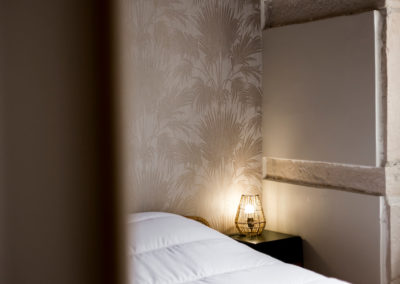 lit, table de nuit avec luminaire design
