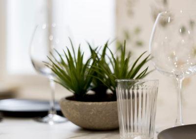 photo Laurens CALLENS, gros plan sur décoration de table, verre à pied et plante verte
