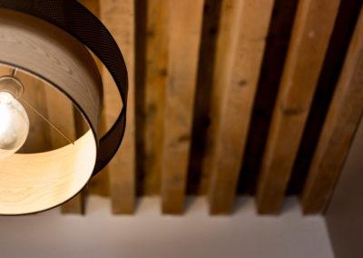 Luminaire éclairé, plafond poutres en bois apparentes