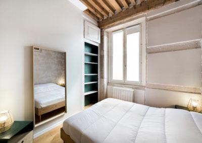 chambre, lit, miroir, fenêtre, mûr en pierre, plafond, poutres en bois