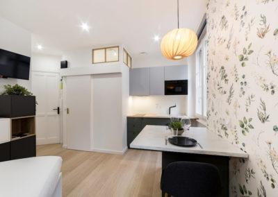 photo d'un studio aménagé avec Luminaires et tapisserie Laurens CALLENS dans le cadre du projet Charming Studio de Mélanie Alfon, décoratrice d'intérieur.