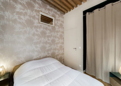 Chambre, lit, couverture blanche, rideaux blanc cassé, tapisserie